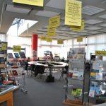 Bibliothek mit Arbeitsbereich