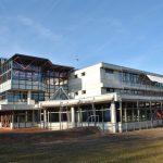 Blick auf das Schulgebäude vom Pausenhof