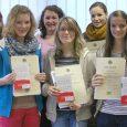 """Mathe-Auszeichnungen holen sich """"Elly""""-Schülerinnen fast im Abo: Nachdem Julia Lingl im letzten Jahr Landessiegerin wurde, waren auch in diesem Schuljahr die Schülerinnen des Elly-Heuss-Gymnasiums erfolgreich. Zehn Mädchen aus den Jahrgangsstufen 7 bis 10 ließen sich..."""