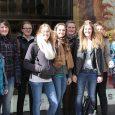 """Schon lange vor dem Start des Spielfilms """"Pompeji"""" hatte der Lateinkurs der Q11 des Elly-Heuss-Gymnasiums mit ihrem Kursleiter StD Weiß beschlossen, die Pompeji-Ausstellung in der Kunsthalle der HVB in München zu besuchen. Was sie dort..."""