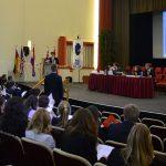 Ein Abgeordneter steht Rede und Antwort zu seinem Änderungsvorschlag