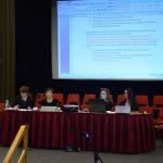 Katja Schmidt (zweite von links, Q12) führt die Diskussion in der Plenarsitzung