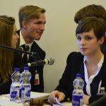 Katja Schmidt (Q12) führt mit viel Souveränität ihren Ausschuss durch die Diskussion