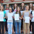 12 Schülerinnen des Elly-Heuss-Gymnasiums, davon 10 aus einer Klasse, wurden mit Urkunden belohnt, weil sie beim diesjährigen Fremdsprachenwettbewerb in Englisch und Französisch ansprechende bzw. gute Leistungen gezeigt hatten. Die Aufgaben gingen laut Urkunden über das...