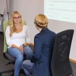 Die Junior Referentin ermuntert eine Schülerin, sich im simulierten Bewerbungsgespräch natürlich zu geben