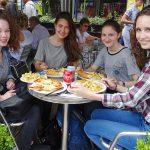 Die Elly-Heuss-Schülerinnen bei den traditionellen Fish and Chips in Stratford-upon-Avon