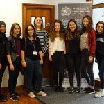 Die Weidener Schülerinnen mit ihren englischen Partnerinnen an der Schule in England