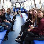 Die englischen und deutschen Schülerinnen auf einer Bootstour in Birmingham