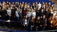 Nachdem Shakespeares Hamlet gelesen, intensiv im Unterricht besprochen und zum Teil sogar selbst in Szene gesetzt wurde, sollten sich nun die Schülerinnen der Englisch-Kurse der Q11 eine Meinung zu der Inszenierung dieses Stücks im Regensburger...