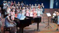 """Die Schülerinnen des Elly-Heuss-Gymnasiums nahmen beim Sommerkonzert so manches Vorurteil gekonnt auf den Arm Die kleine Zuschauerin, vielleicht sieben oder acht Jahre alt, schaut mit großen Augen auf die """"großen"""" Mädchen, die Elly-Schülerinnen, die im..."""
