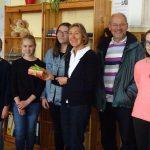 Schülerinnen aus der 8A überreichen Ursula und Jost Hess die Flohmarkteinnahmen
