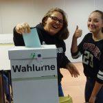 Skrollan und Alica (10A) gehen als positives Vorbild voran: Sie gehören zu den ersten, die ihre Stimme abgegeben haben