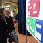 Anja und Hannah (beide 9A) wollen sich erst fundiert erkundigen, bevor sie ihre Kreuzchen setzen
