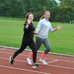 Julia und Laura (9a) liegt vor allem die elegante Form des Laufens am Herzen