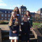 Anna C. Baisch, Laura Attiq (hinten v.l.n.r.) und Casey Baker, Alana Rauch (vorne v.l.n.r.) vor der Abtei Rolduc in Kerkrade/Niederlanden
