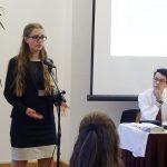 Casey Baker (10B) verteidigt ihren Änderungsvorschlag in der Diskussion um die Rechte von EU-Bürgern in einem Großbritannien, das die EU verlassen will